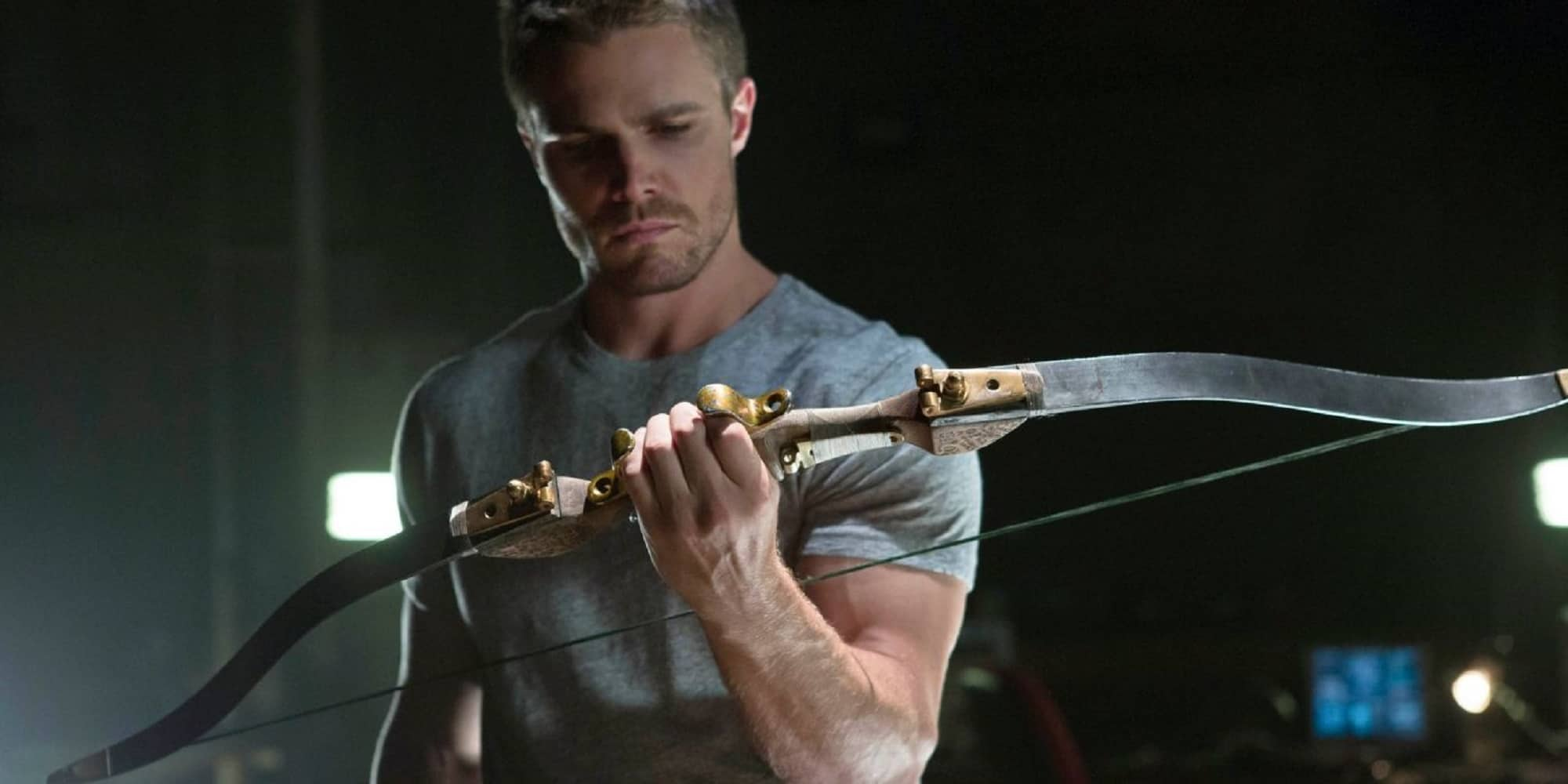 Arrow Season 1 Retro Review Oliver Looking at His Boq